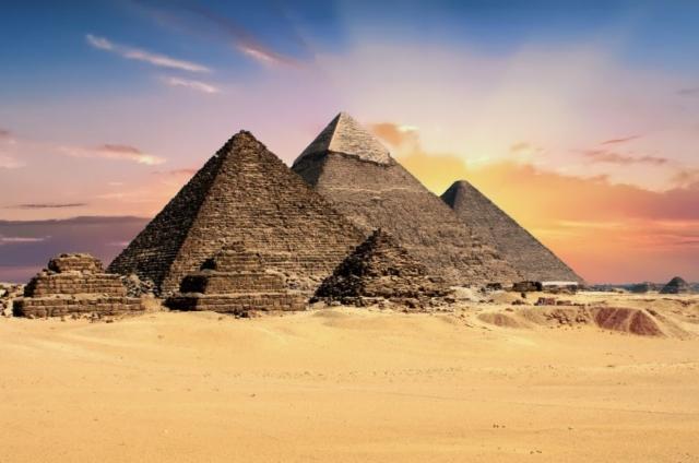 jak budowano piramidy