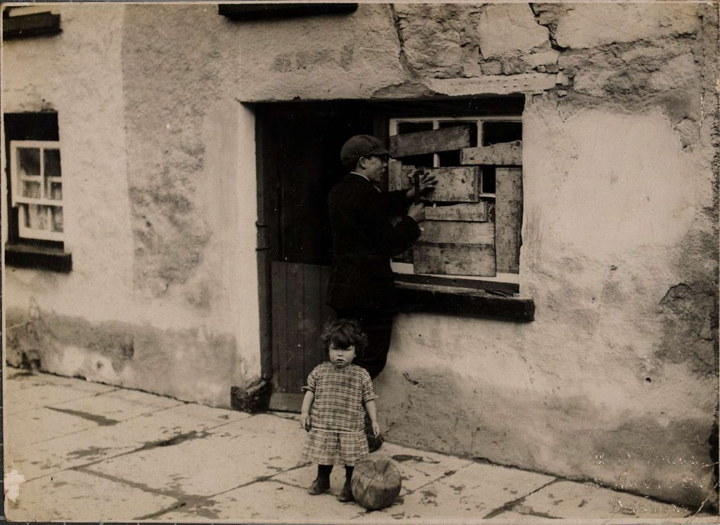 dziecko przed domem