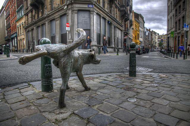 Bruksela rzeźba sikającego psa