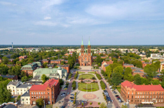 Widok osady fabrycznej i kościoła farnego z lotu ptaka ze zbiorów archiwum Urzędu Miasta Żyrardowa