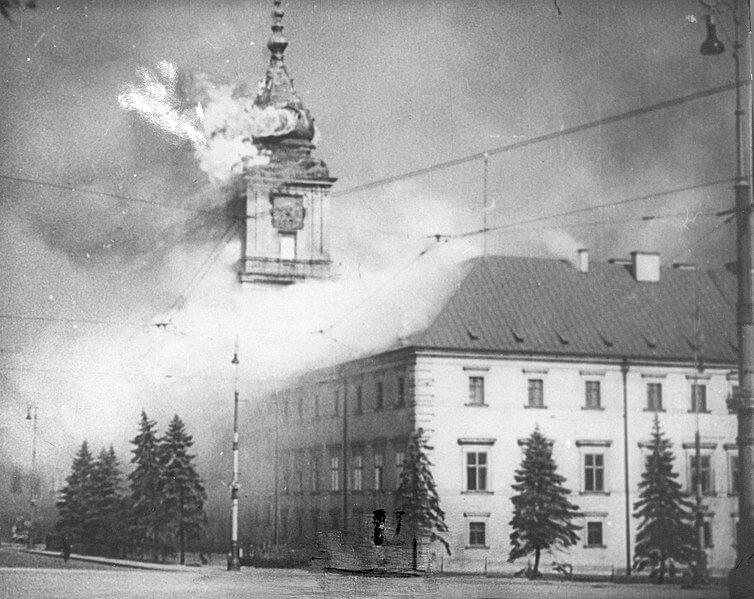 Zamek Królewski w Warszawie płonie w 1939 roku.