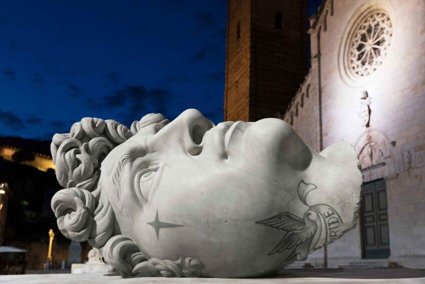 Wydziarane klasyczne starożytne rzeźby. Sztuka więzienna vs klasyka