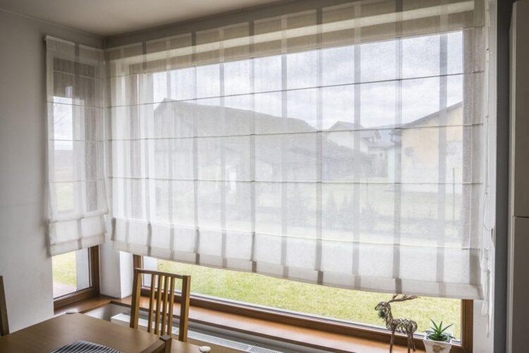 Rolety okienne do domu – mega poradnik! Jakie, po co i kiedy?